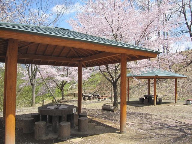 屋根付きスペースは2卓